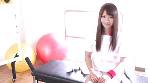 Suzu Minamoto puts vibrator on hot box